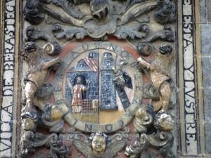 Escudo de armas y reloj en el Ayuntamiento.