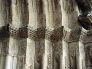 Iglesia parroquial de San Miguel Arcángel. Detalle del pórtico románico
