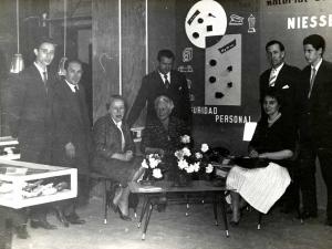 Niessen enpresako produktuen erakusketa Errenterian (Gipuzkoa). En el centro de la imagen, Gert Niessen eta Juana Schmidt