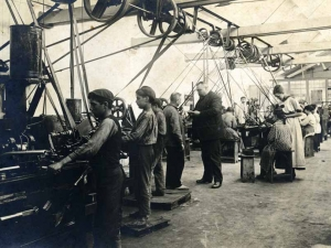 Errenteriako Niessen enpresaren antzinako tailerren bista (Gipuzkoa). Guillermo Niessen eta bere emazte Juana Schmidt langileekin hizketan