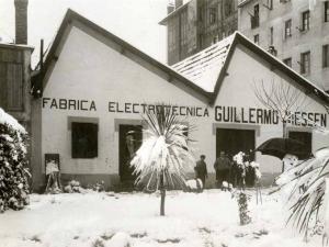 Niessen enpresaren eraikina Errenterian (Gipuzkoa), elurrarekin. Guillermo Niessen atean