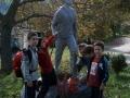 Arrola mendizale elkarteko kideak Takolo mendizalearen estatuaren ondoan