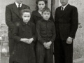 """ASISTENTES AL ACTO FUNEBRE EN LA IGLESIA DE MUTRIKU EN HONOR A LOS 7 MARINEROS DESAPARECIDOS EN EL BARCO PESQUERO """"KULIXKA"""" EN LA MADRUGADA DEL 29 DE DICIEMBRE DE 1945. (Foto 3/9)"""