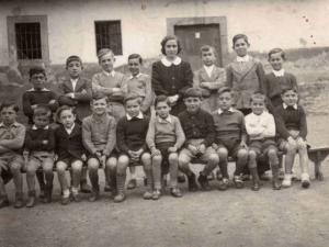 Eskolako mutikoak 1943-44 ikasturtean.