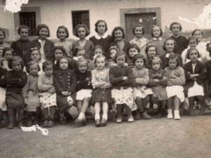 Eskolako neskatoak 1943-44 ikasturtean.