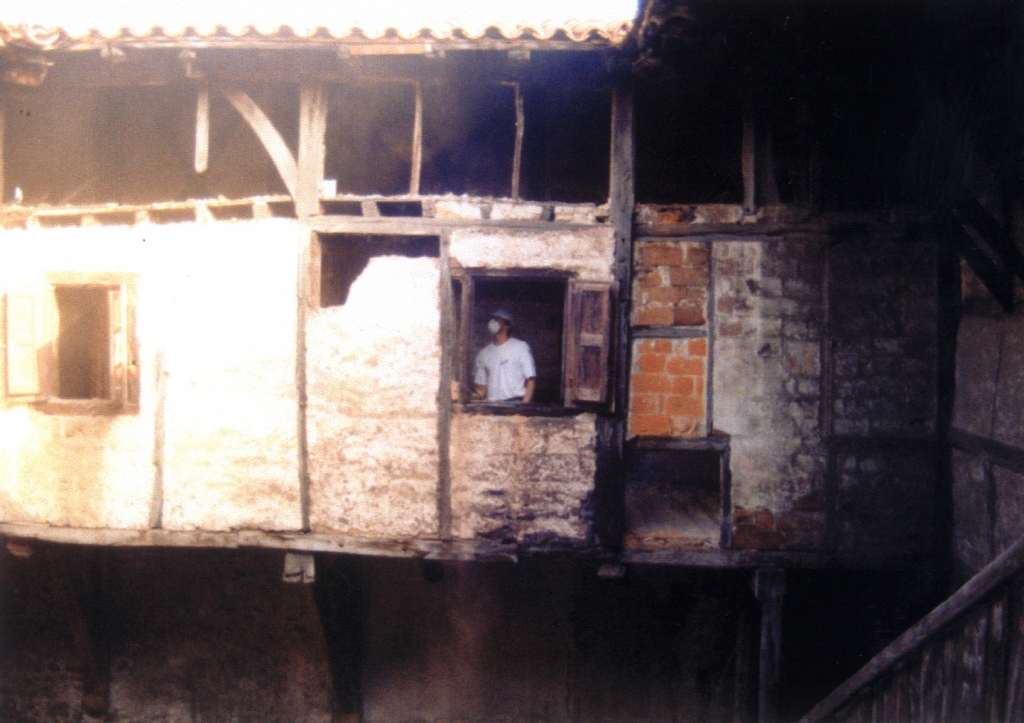 Galeriaren iparraldeko fatxada zaharberritze prozesuan (eskaneatuta).