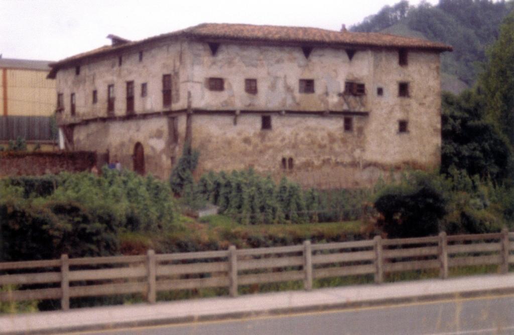 Fatxada nagusia eta iparraldeko fatxada zaharberritu aurretik (eskaneatuta).