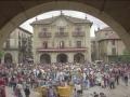 Gente disfrazada en la plaza de los Fueros, festejando el día Bixamon de Rosario