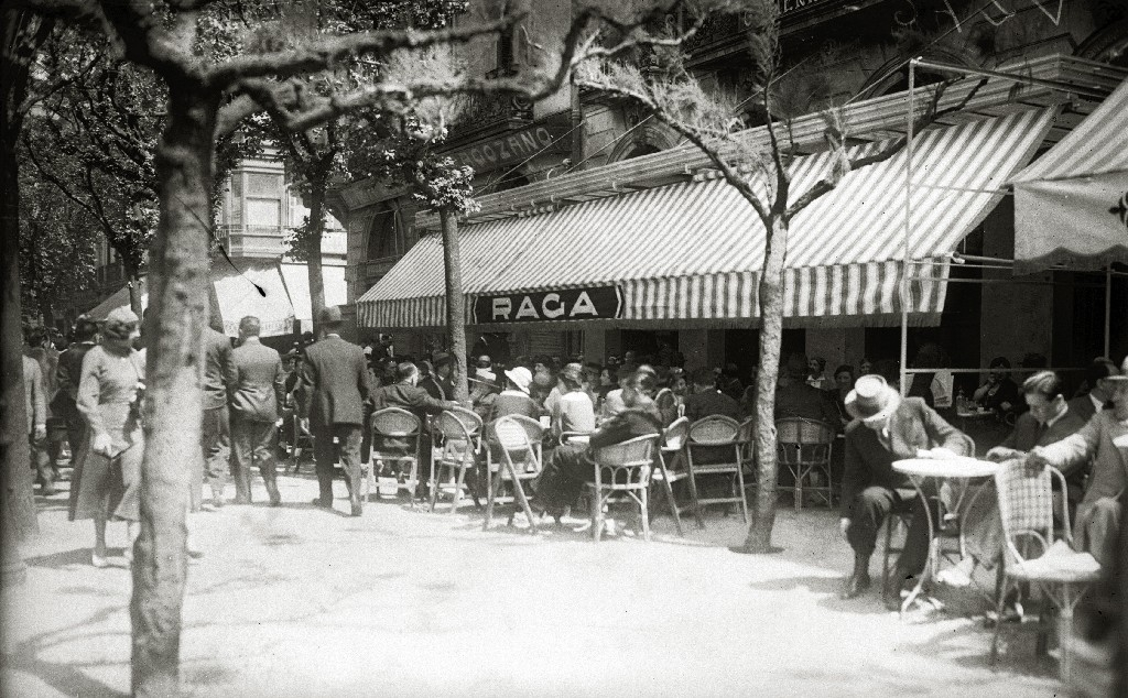 PERSONAS EN LA TERRAZA DE LA CAFETERIA RAGA. (Foto 2/2)