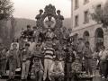 Entrega trofeos del concurso de perretxikos. Un grupo de niños muestra sus trofeos en la fuente conmemorativa dedicada al experto en metalurgia y minería Francisco Antonio de Elorza y Aguirre