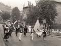 Desfile del Día del Niño pasando por delante del edificio de la Universidad Sancti Spiritus de Oñati