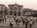 Grupos congregados en la Plaza de los Fueros en la celebración del Día del Niño