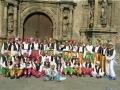 Jóvenes disfrazados delante de la Universidad de Oñati