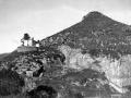 """Mendaro. El monte Sta Cruz, a la izquierda la ermita de Sta Ana"""