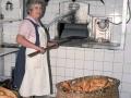 Mujer en el interior de un obrador de pan