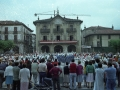Grupos bailando zinta-dantza en la plaza de los Fueros, durante la celebración de fiestas