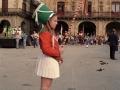 Niña en la tamborrada del Día del Niño, en la plaza de los Fueros
