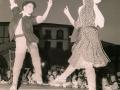 Jóvenes dantzaris bailando en la plaza de los Fueros