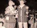 Jóvenes con trofeos en sus manos