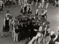 Niños disfrazados de autoridades y grupos de dantzaris