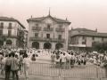 Grupos de dantzaris bailando en la plaza de los Fueros