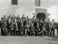 GRUPO DE HOMBRES JUNTO AL RESTAURANTE ARANZABI EN VILLABONA. (Foto 1/1)