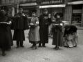 GRUPO DE MUJERES POSTULANTES POR LAS CALLES DE SAN SEBASTIAN. (Foto 16/20)