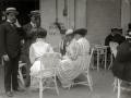 GRUPO DE PERSONAS POR EN LA TERRAZA DE UN CAFÉ. (Foto 1/1)