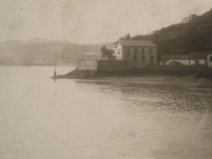 Entrada a la bahía de Pasaia. En primer plano, Pasai San Pedro y al fondo, Pasai Antxo