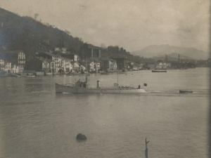 Embarcaciones en la bahía de Pasaia. Al fondo, Pasai Donibane y la iglesia de San Juan Bautista