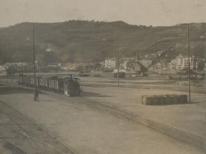 Vías del ferrocarril en el puerto de Pasaia. Al fondo, Pasai San Pedro