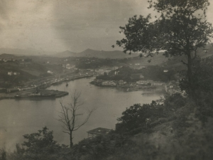 Vista desde Pasai Donibane. A la derecha, Pasai San Pedro y a la izquierda, el puerto y Herrera