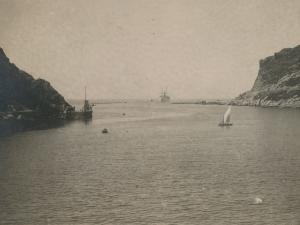 Buque entrando por la bocana de la bahía de Pasaia entre las rocas de Arando Txiki y Arando Aundi