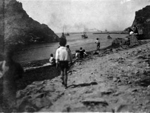 Niños observando los barcos en la entrada de la bocana de la bahía de Pasaia