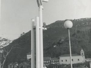 Monumento a los pescadores de Néstor Basterrechea. Al fondo, Pasai Donibane