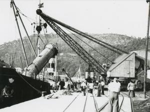 Embarcaciones y grúas en el puerto de Pasaia