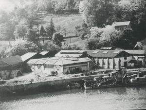 Barco dragadora Jaizkibel y pabellones en el puerto de Pasai San Pedro