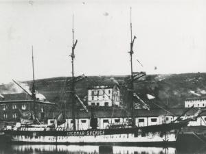 Embarcación atracada en el muelle del puerto de Pasaia