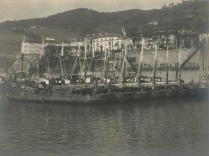 Embarcaciones frente a la Cooperativa de pesca de altura entre Trintxerpe y Pasai San Pedro