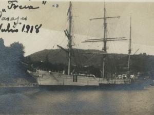 Barco atracado en el puerto de Pasai San Pedro. Al fondo, Jaizkibel