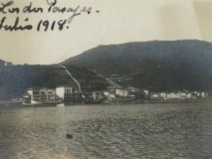 Vista desde el puerto de Herrera de Pasai San Pedro, en primer término, y Pasai Donibane al fondo