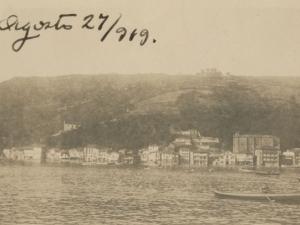 Pasai Donibane vista desde el puerto de Herrera, desde la iglesia San Juan Bautista hasta la plaza Santiago
