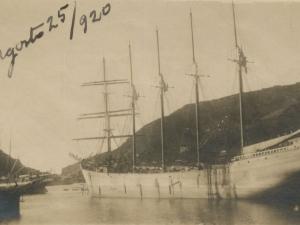 Barcos atracados en el puerto, y bocana de Pasaia.