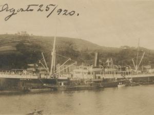Barcos atracados en el puerto de Pasai Donibane. Al fondo, iglesia San Juan Bautista