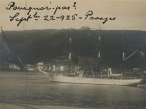 Barco atracado en el puerto de Pasai Donibane