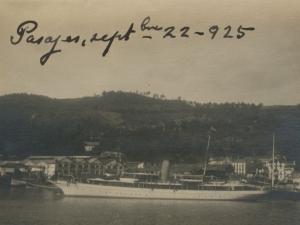 Barco atracado en el puerto de Trintxerpe