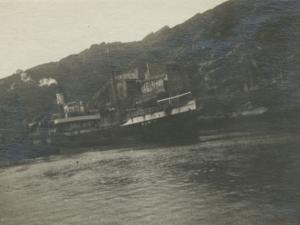 Barco entrando al puerto, a su paso por el Castillo de Santa Isabel