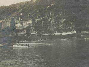 Barcos y txalupas frente al Castillo de Santa Isabel