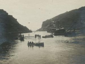 Barcos y txalupas frente a la bocana de Pasaia