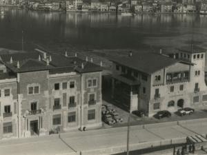 La Autoridad Portuaria, situados en el puerto de Pasai Antxo, desde Buenavista. Al fondo, Pasai Donibane